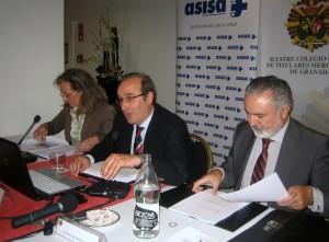 De izquierda a derecha, Ana Carmen Buendía, contadora del Colegio; Juan José Mirabent, administrador de la AEAT en Motril, y Miguel Ángel Velázquez, secretario del Colegio.