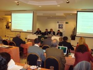 En la mesa, de izquierda a derecha Fernando Oliet, magistrado de la sala de lo Social del TSJA; Enrique Sanjuán, magistrado del Juzgado de la Mercantil nº 1 de Granada; Enrique Pinazo, magistrado de la Sección 3ª de la Audiencia Provincial de Granada, y Joaquín Almoguera, abogado de Garrigues.