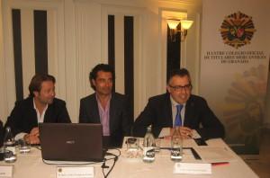 En la mesa de izquierda a derecha, los sinergólogos Javier Torregrosa e Ignacio Cobaleda, junto al vocal del Colegio, Emilio Palomar